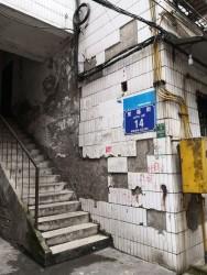 老小区外墙瓷砖脱落存在巨大安全隐患